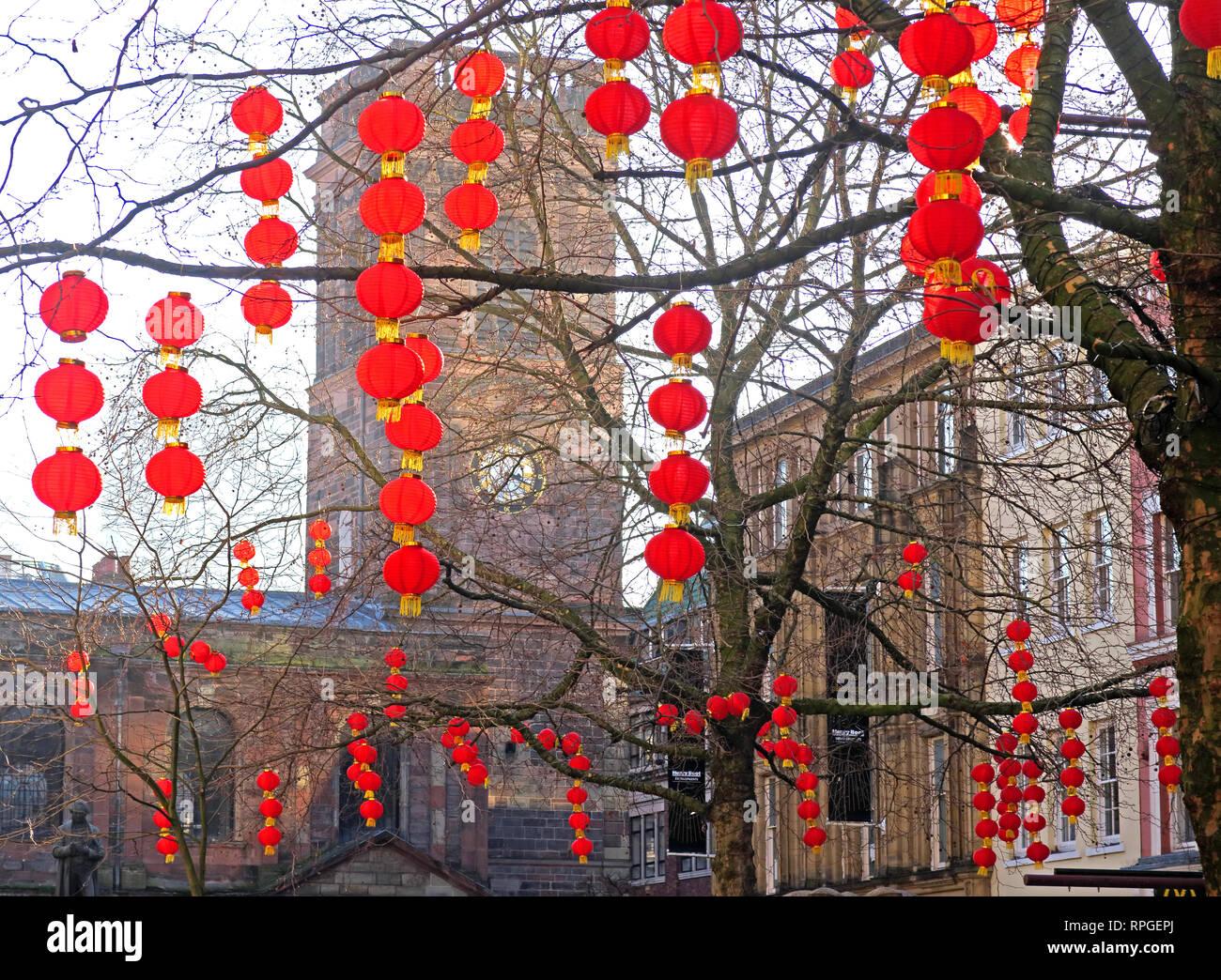 Laden Sie dieses Alamy Stockfoto Rote Laternen in St. Anns Square Manchester, Chinesisches neues Jahr, Chinatown, North West England, Großbritannien - RPGEPJ