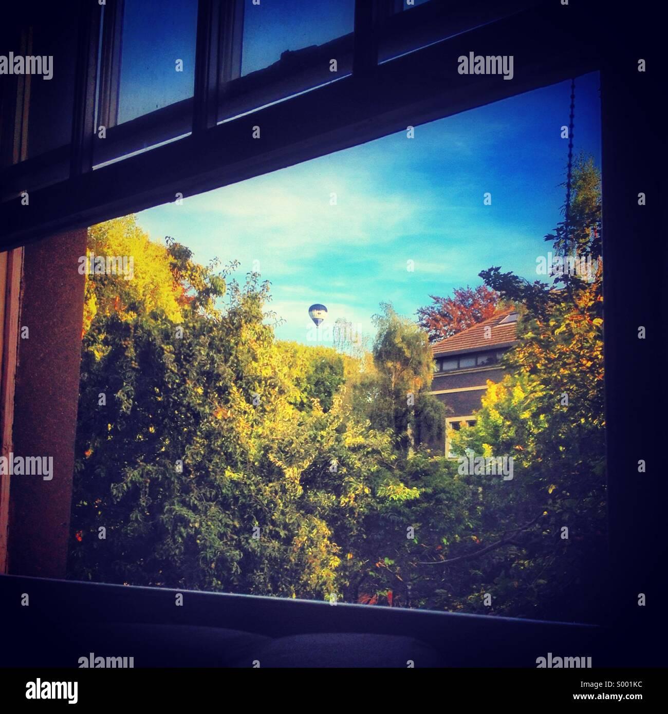 Blick aus dem Fenster auf einen angenehmen Tag Stockbild