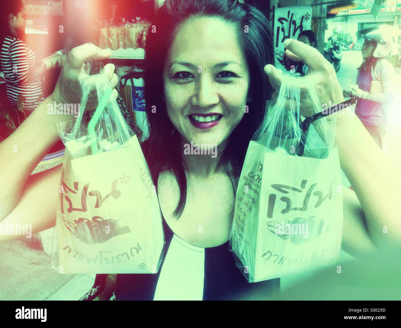 Thailand Mädchen mit Thai Kaffee kaufen. Stockbild