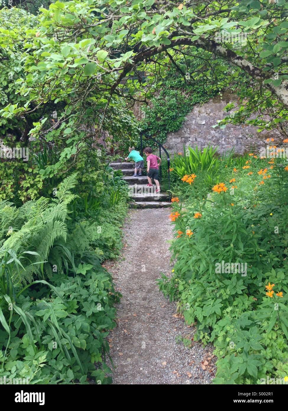 Kinder erkunden einen bunten Garten in Glenveagh Co Donegal Ireland. Stockbild