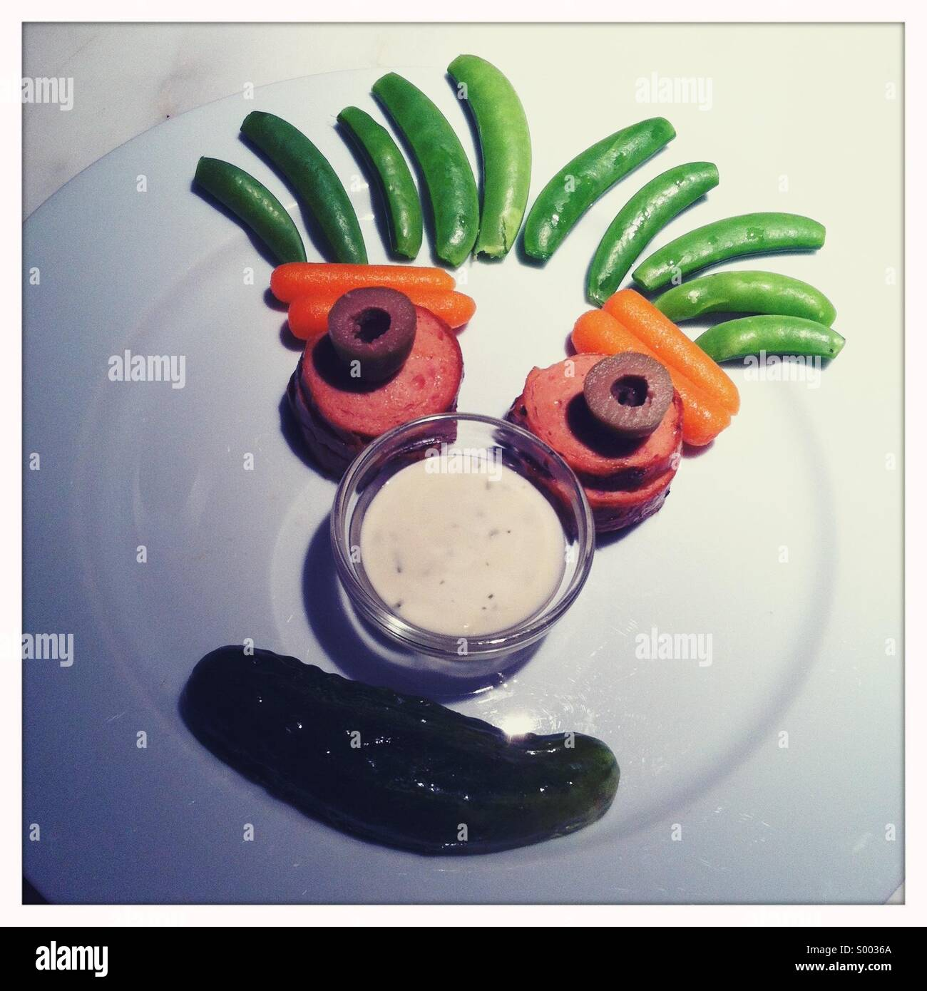 Ein Kind-Teller mit einem erstellten Gesicht machte aus der Nahrung Stockbild
