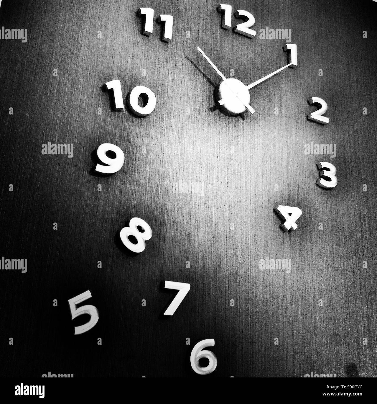 Zeit. Ganz originell Ziffernblatt. B&W Verarbeitung. Quadratisches Format. Stockbild