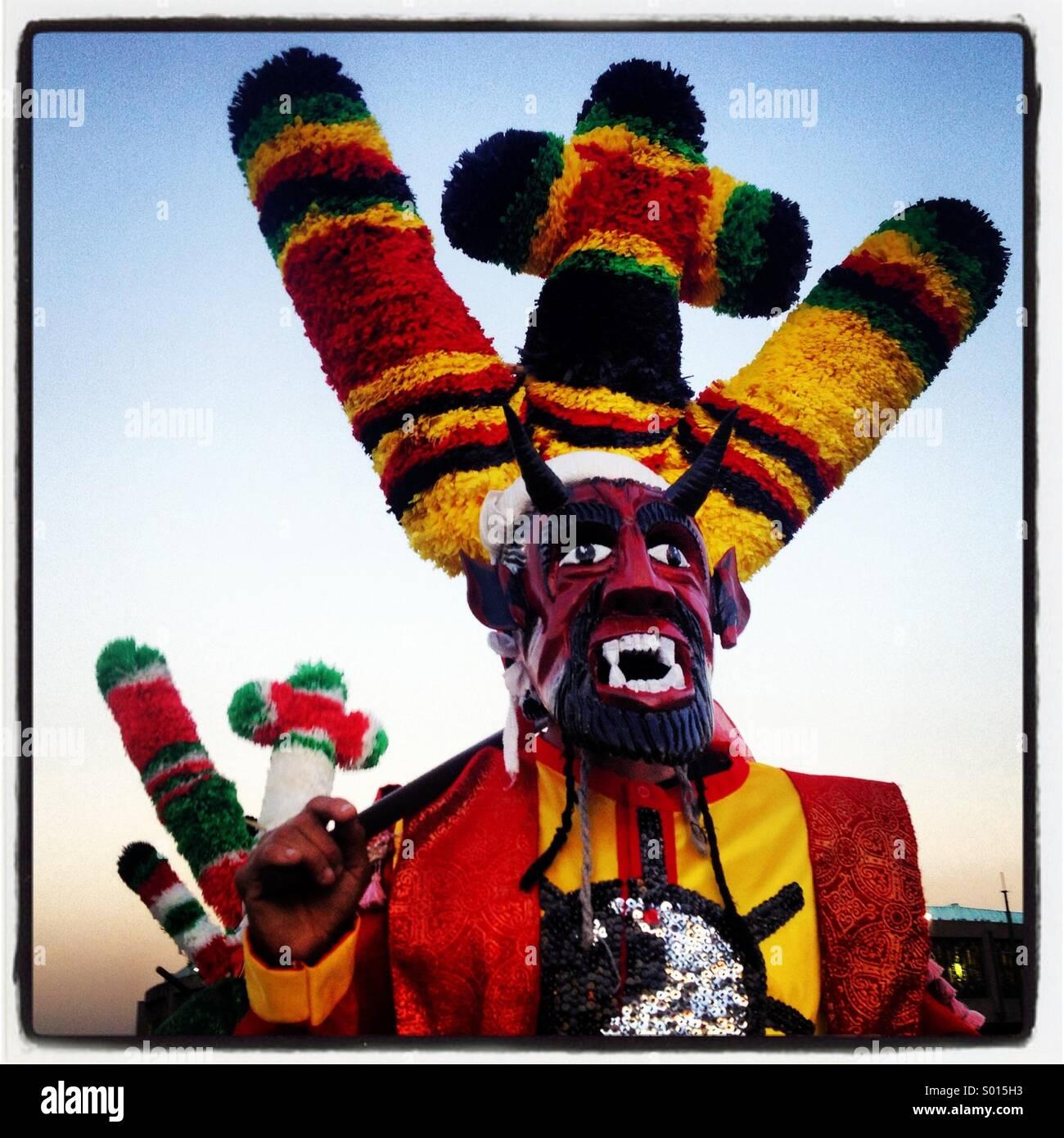 Ein maskierter Tänzer gekleidet wie ein rote Teufel während der Wallfahrt zu unserer lieben Frau von Guadalupe Stockbild