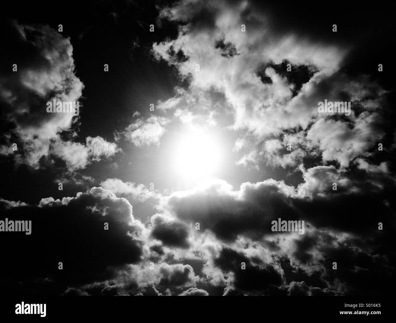 Sonne zwischen den Wolken Stockbild