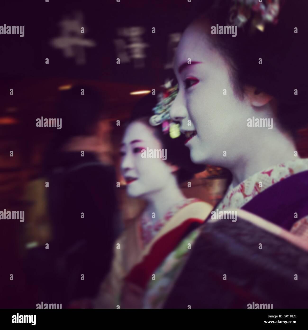 2 Geisha-Mädchen auf ihrem Weg in Kyoto Stockbild