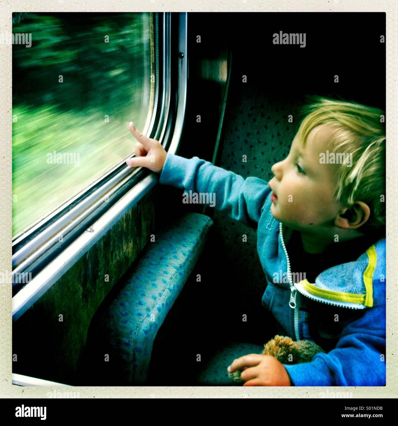 Kleiner Junge aus einem Zugfenster, UK Stockbild
