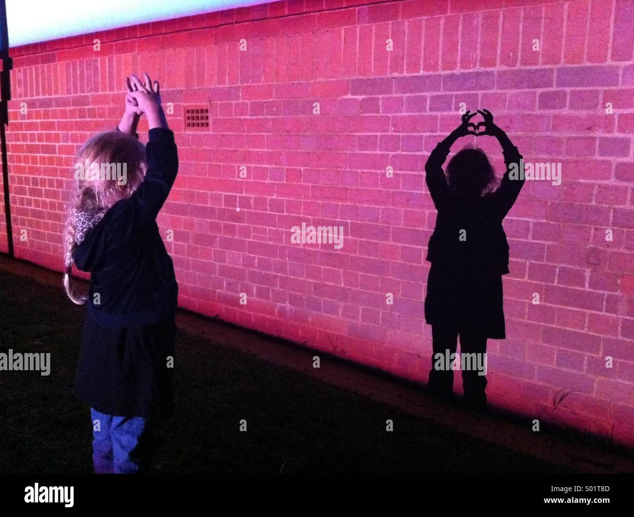 Kleine Mädchen und ihr Schatten Stockbild