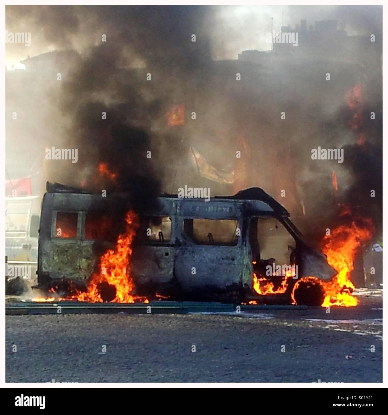 Brennendes Fahrzeug Stockbild