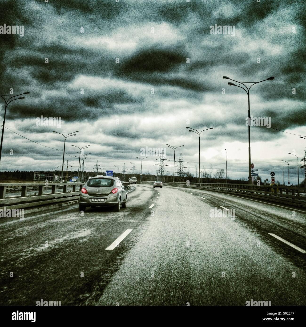 Autobahn unter dramatischen Wolkengebilde. Stockbild