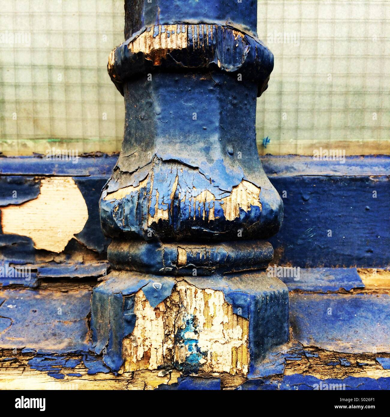 Peeling und Abplatzungen blauen Farbe auf einem reich verzierten Fensterrahmen. Stockbild