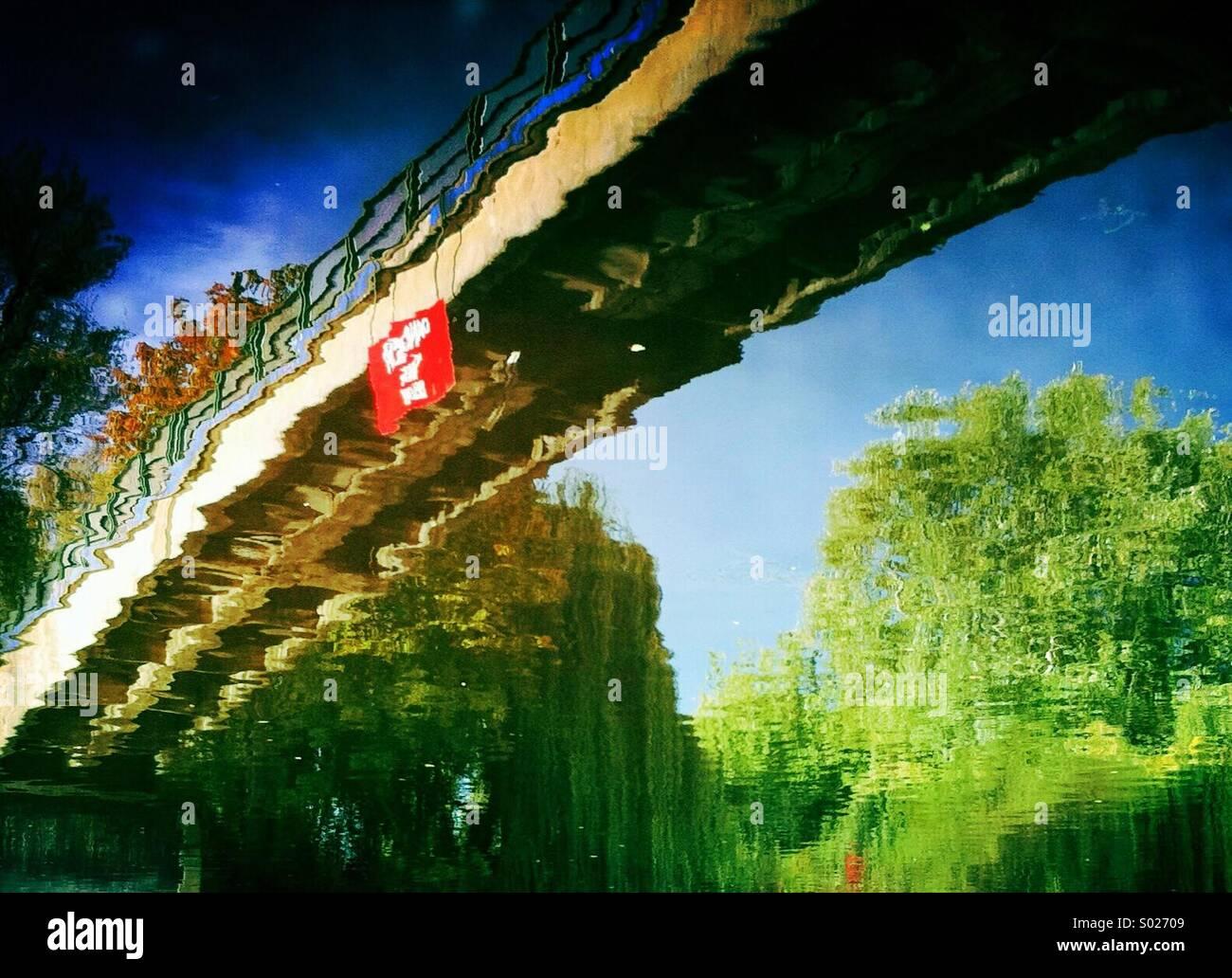 Brücke-Spiegelung im Wasser Stockbild