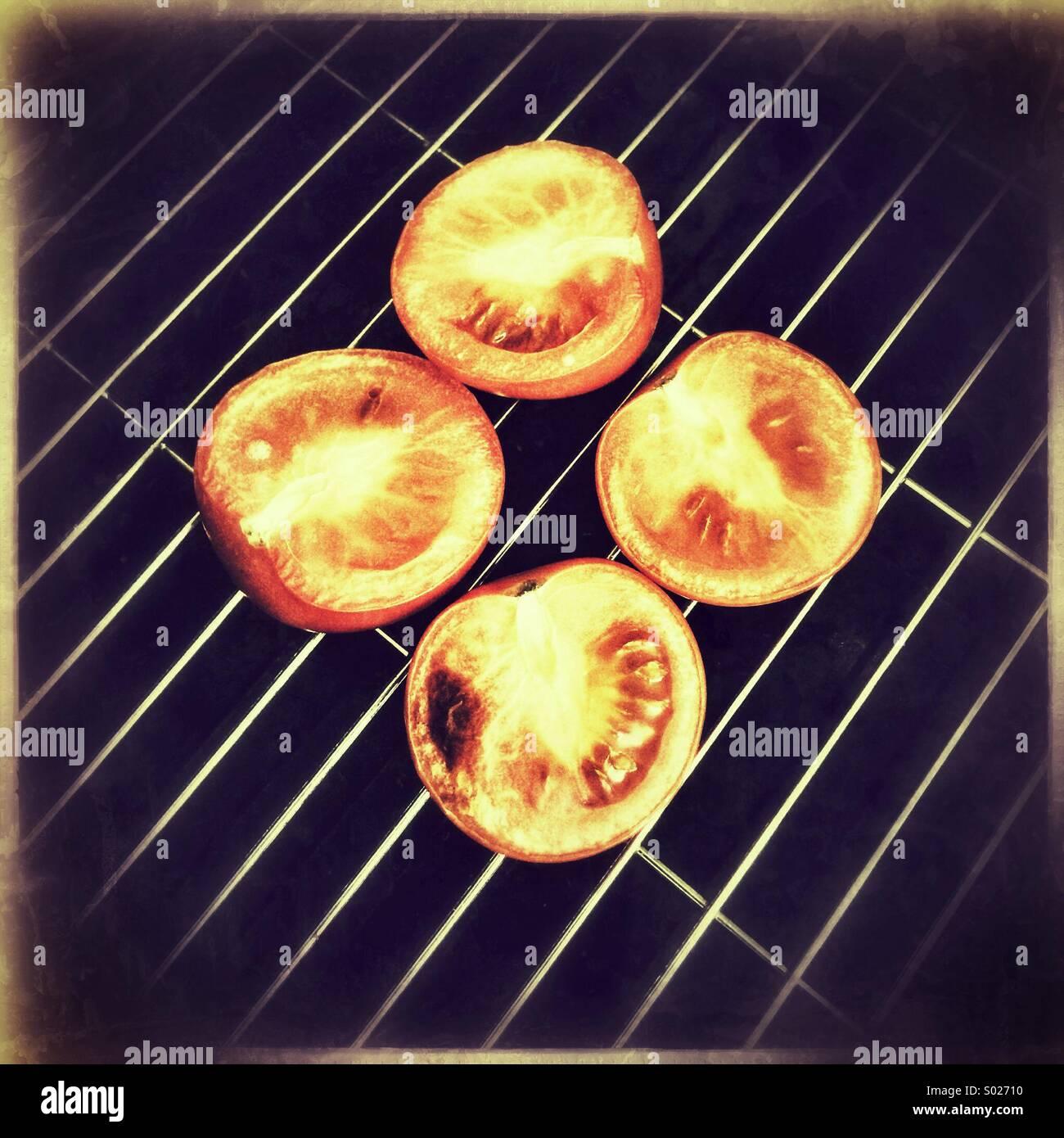 Tomaten auf Grillpfanne Stockbild