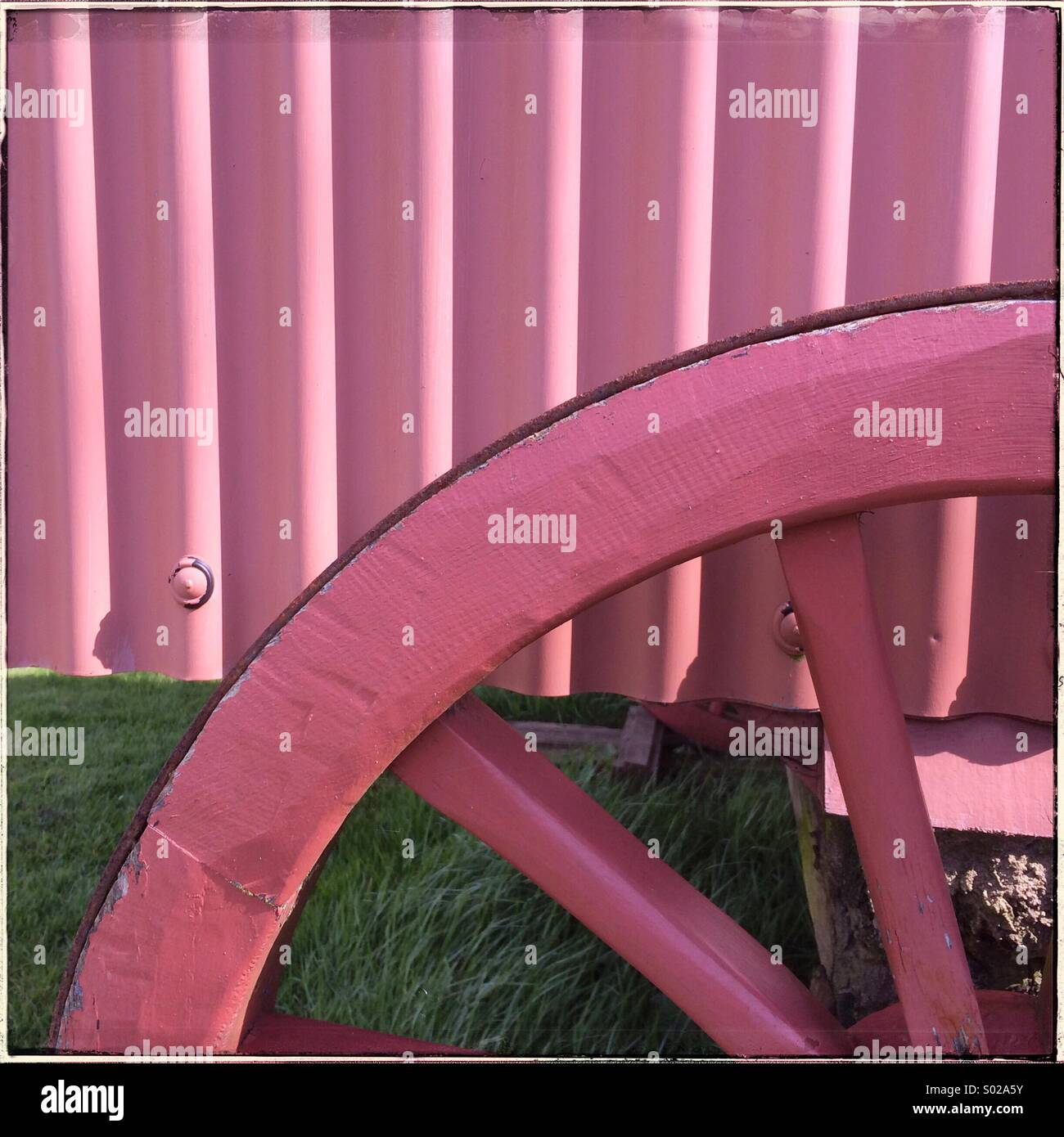 Teil einer Warenkorb-Rad und Abstellgleis in knalligem Pink lackiert Stockbild