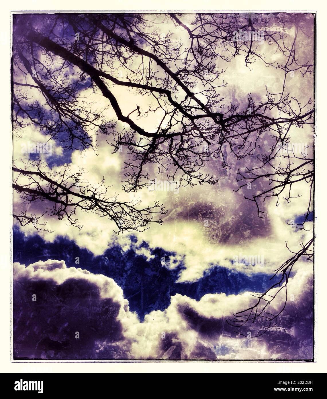 Dramatische Wolken in einer Landschaft Stockbild