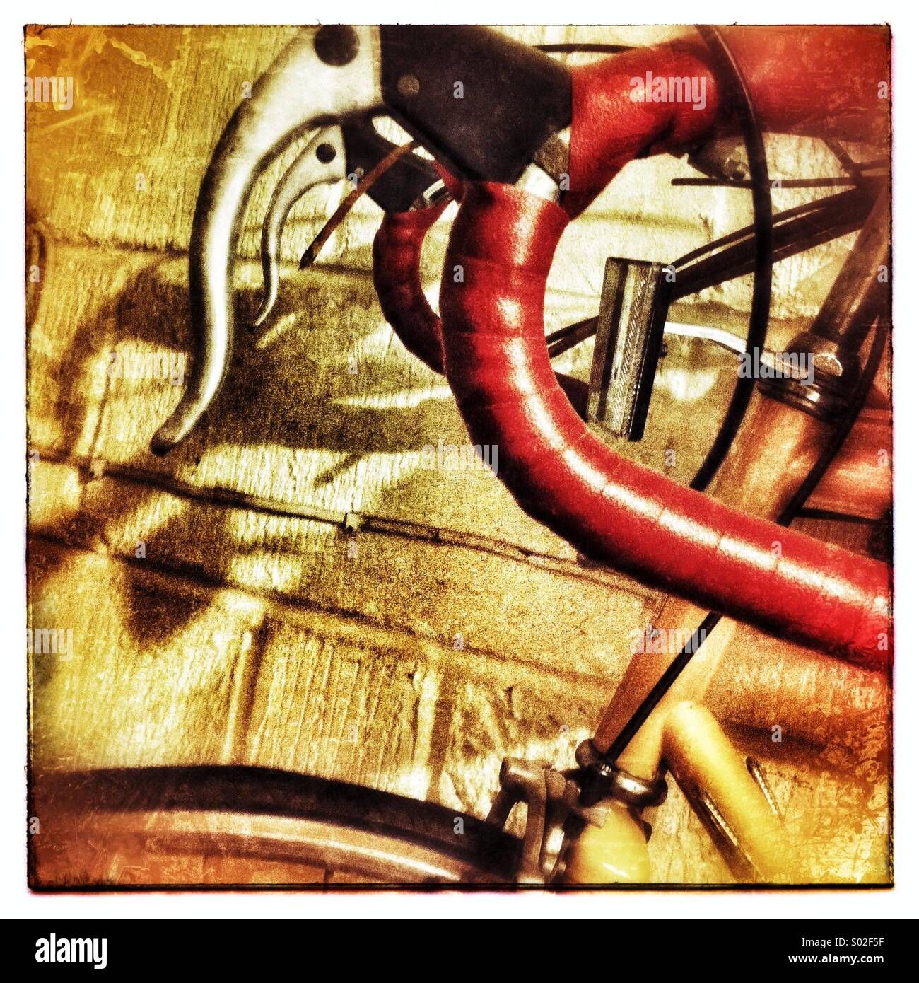 Traurig unbenutzte Fahrrad auf Garagenwand Stockbild