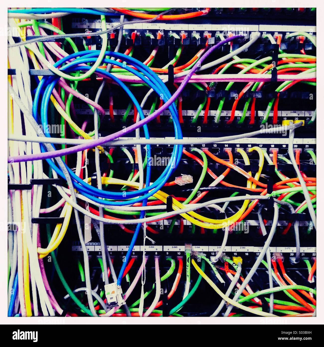 Das Innere des Telekommunikations-Einheit mit mehreren farbigen Adern. Stockbild