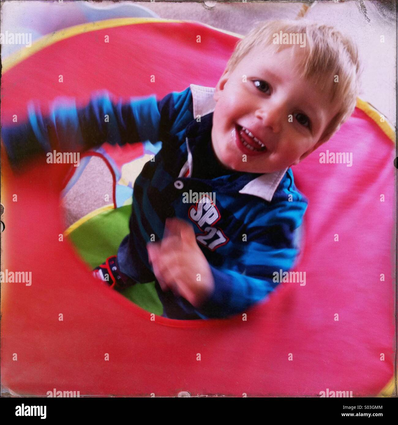 Kleiner Junge spielt im Haus in einem kleinen Zelt. Junge ist etwa zwei Jahre alt. Stockbild