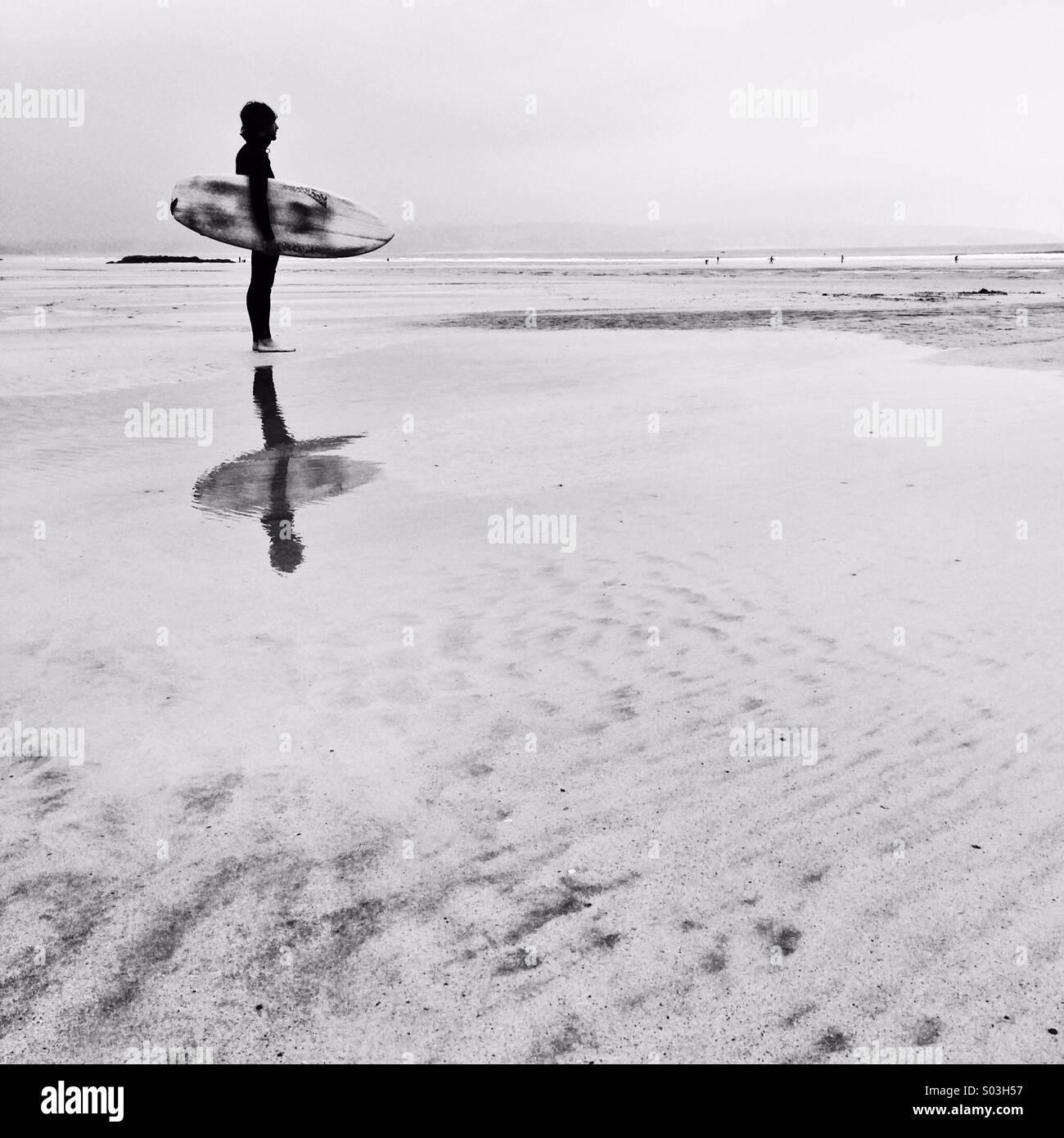 Surfer, die Überprüfung der Wellen im Winter an der ersten Ampel. Stockfoto