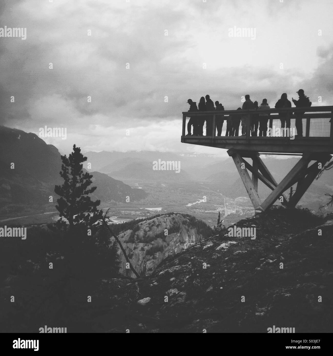 Ausflügler Blick über Küstengebirge in Squamish, Britisch-Kolumbien Stockbild