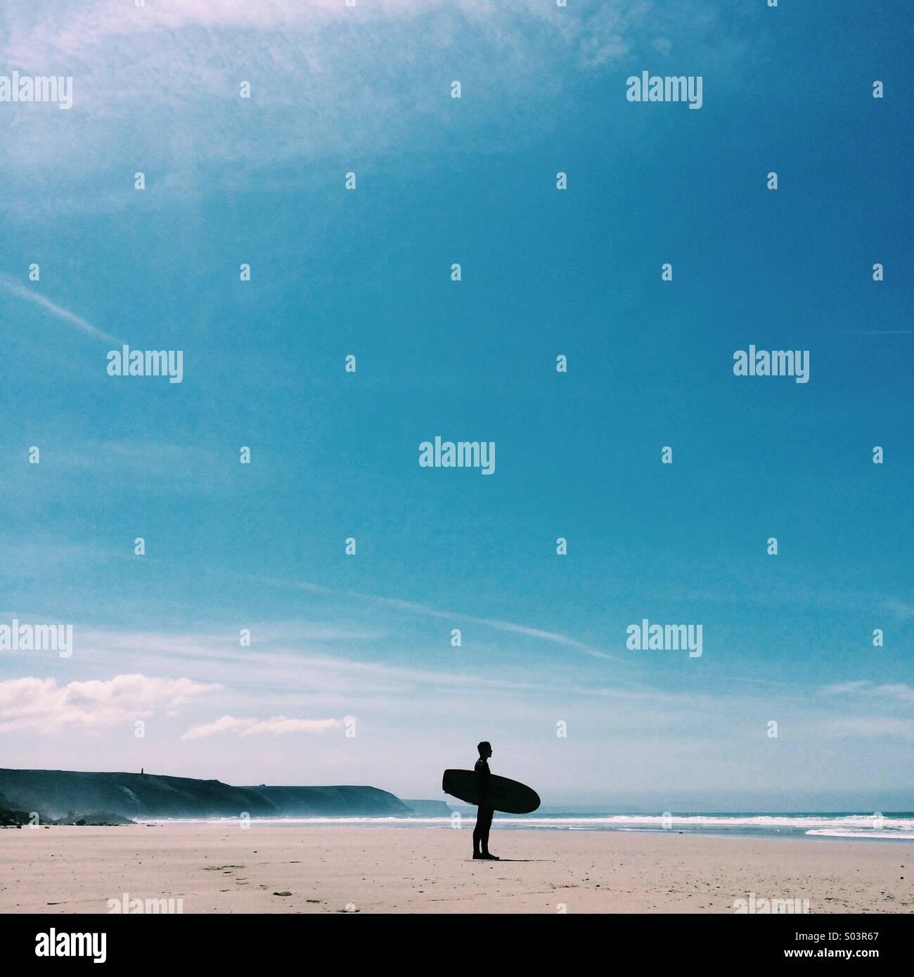 Surfer, die Wellen, mit einer erstaunlich klaren blauen Himmel im Sommer auschecken. Stockbild