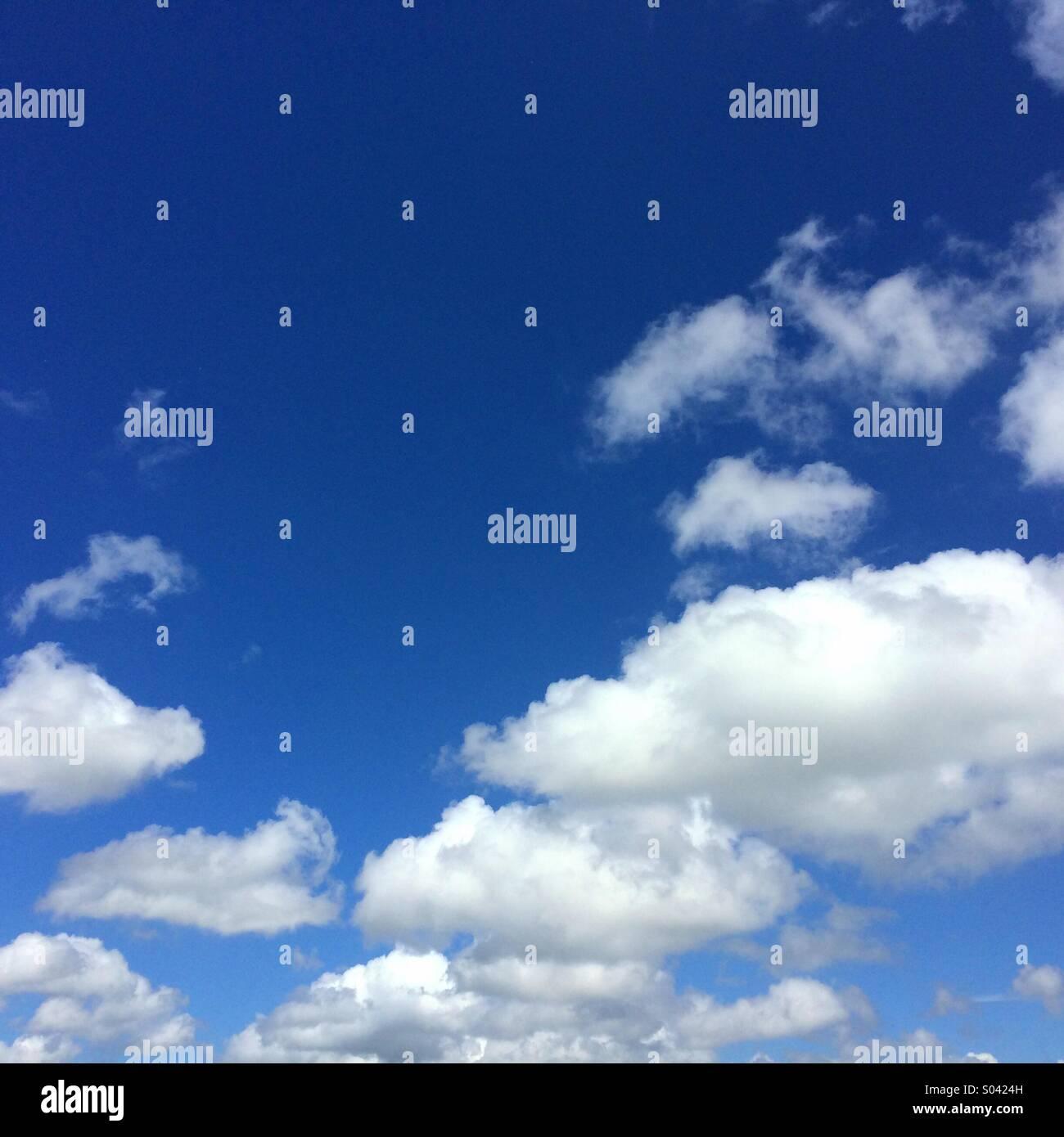 Blauer Himmel und flauschige weiße Wolken können für den Hintergrund mit Platz für Text verwendet Stockbild