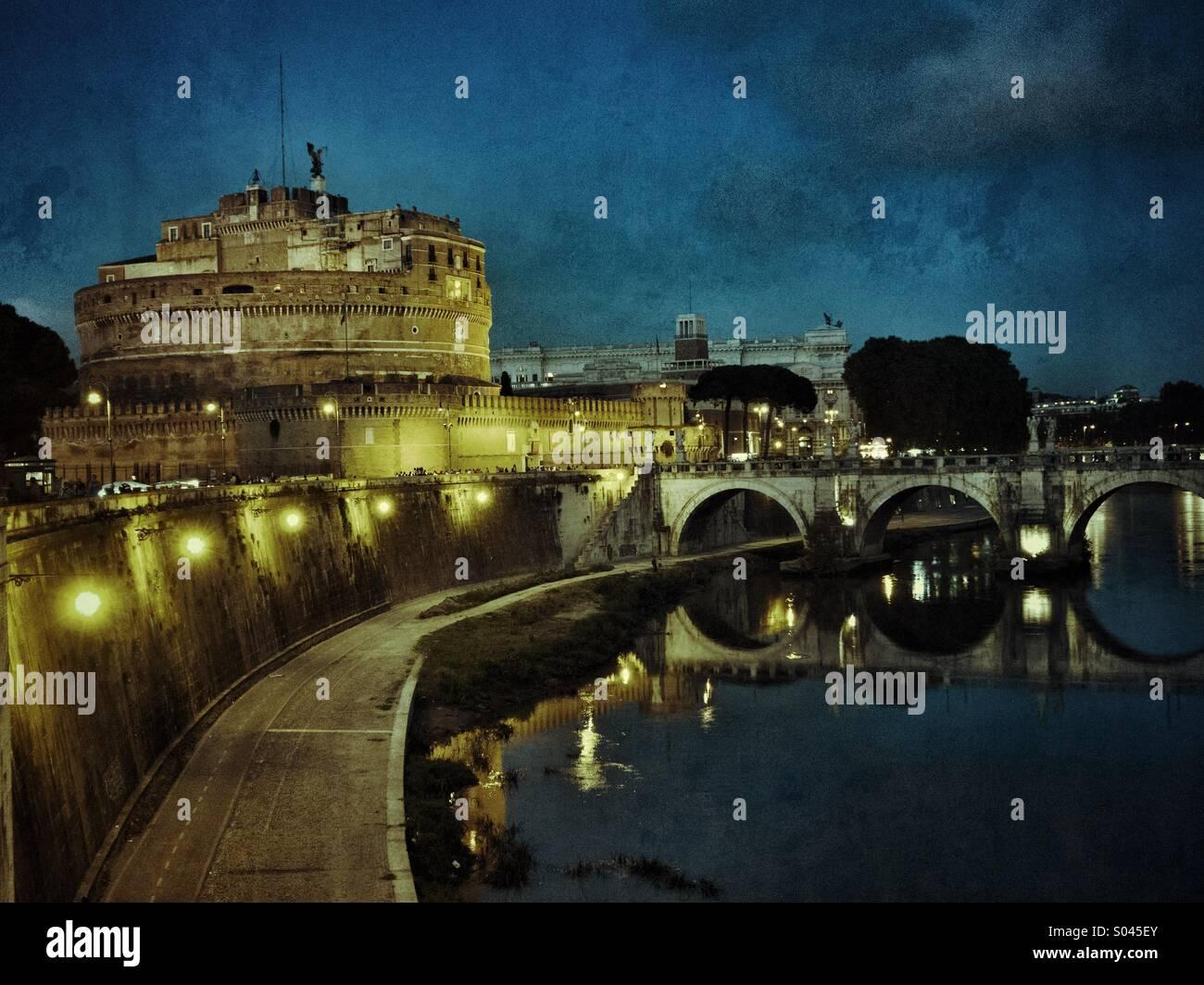 Rom, Italien. Castel Sant' Angelo und den Fluss Tiber. Stockbild