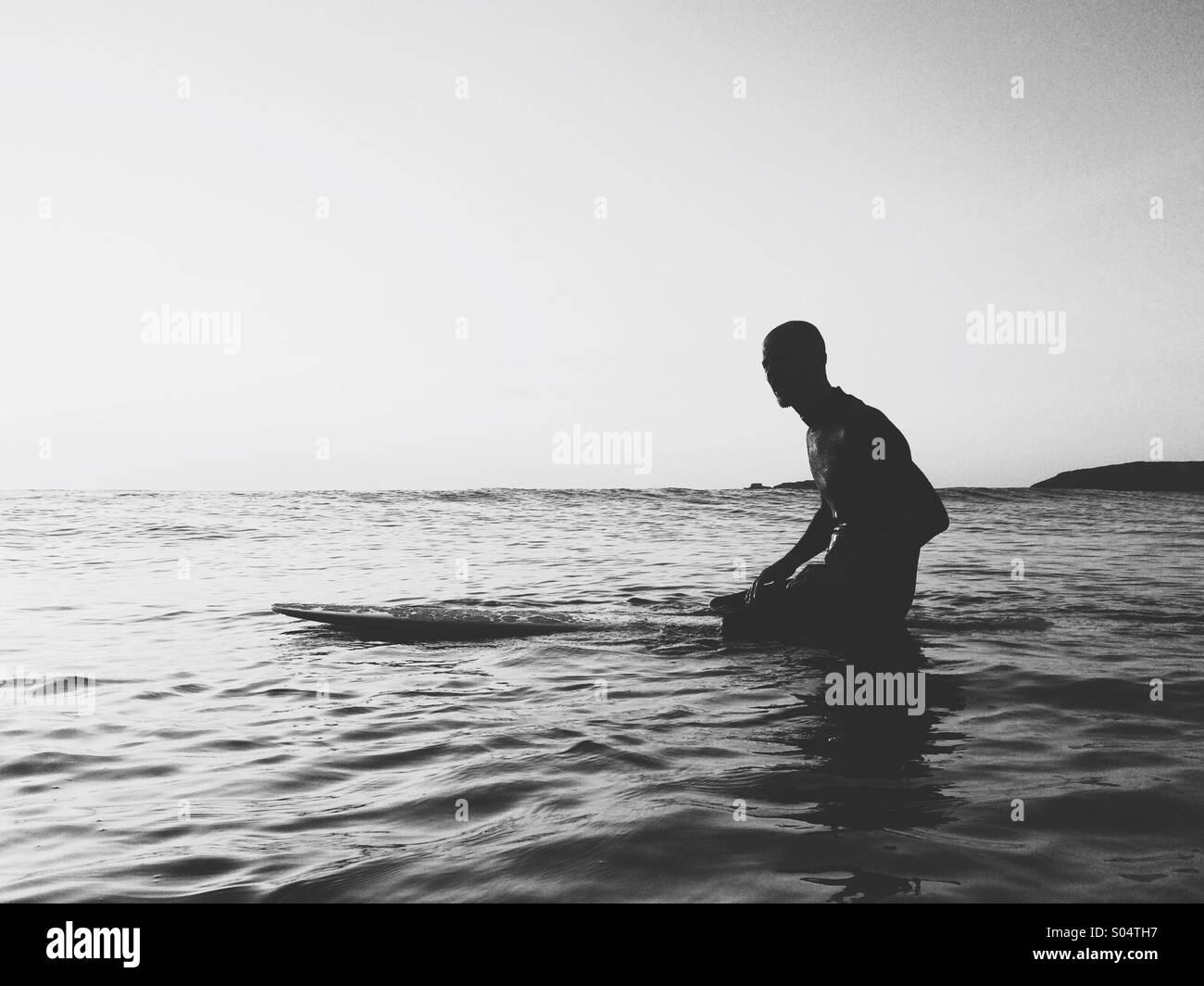 Surfer auf Surfbrett Wellen warten. Stockbild