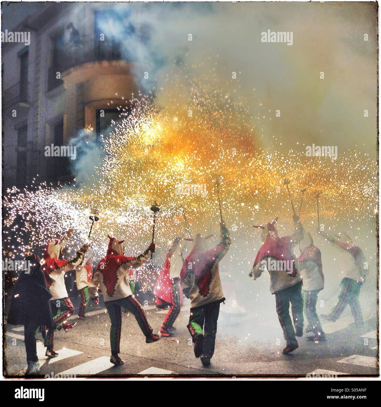Correfoc, Feuerwerk, Les Santes, Mataró Stadtfest, Juli, Barcelona, Spanien. Feuer-Spiele in Katalonien Stockfoto