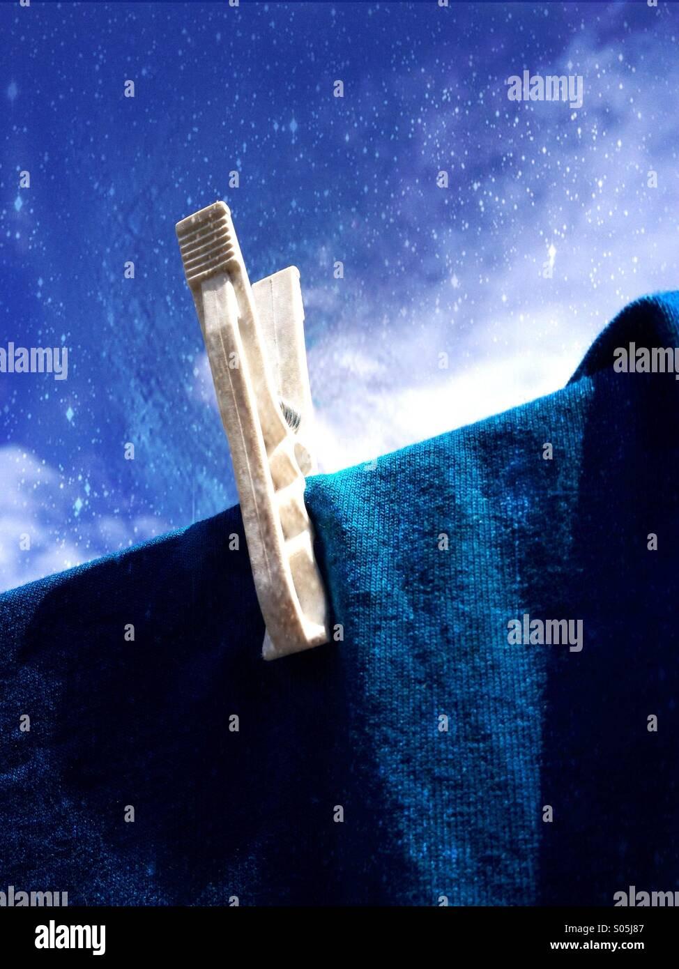 Nahaufnahme von einem Pflock auf eine Wäscheleine Stockbild