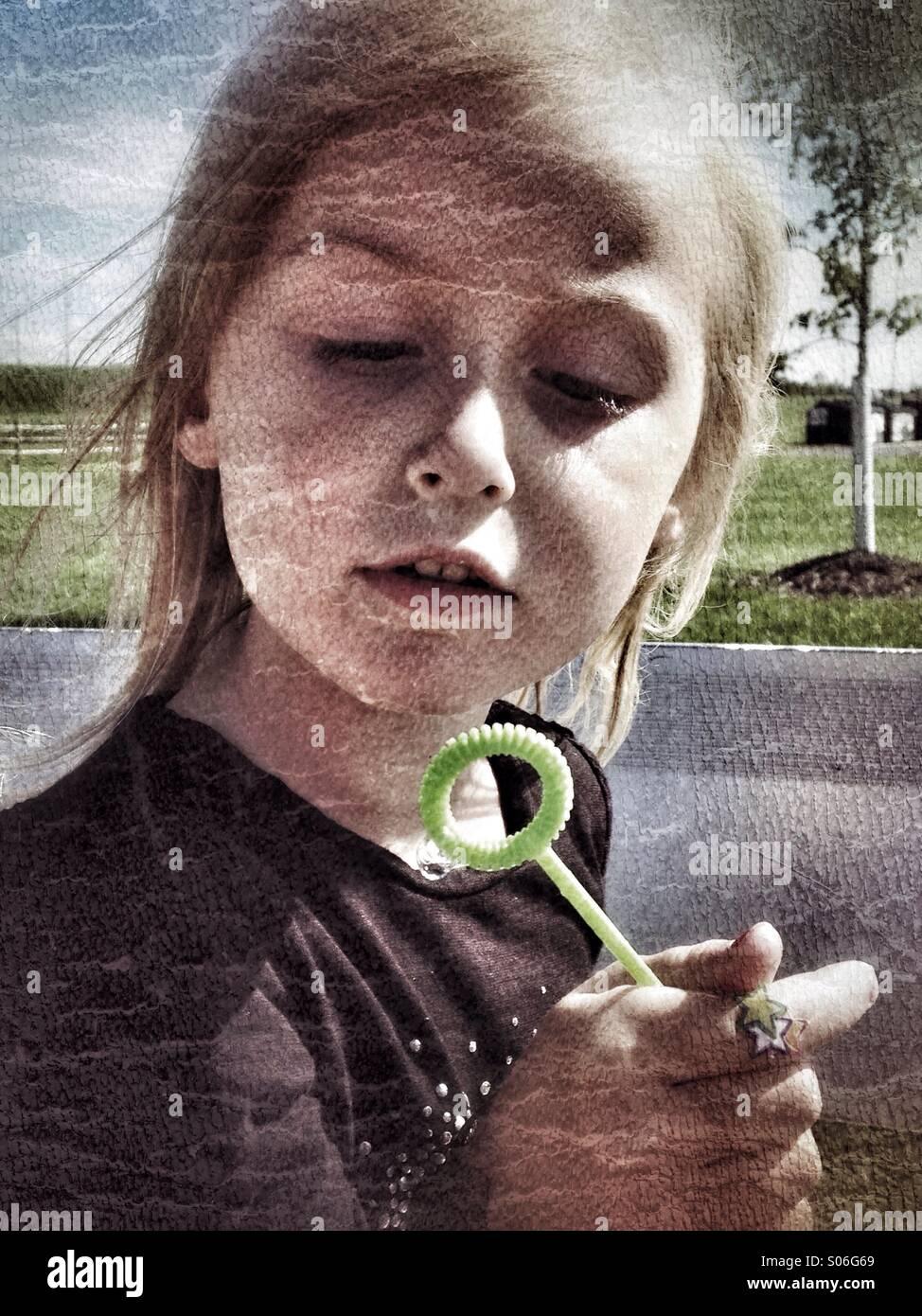 Ein Mädchen mit einem Blase Wand. Stockbild