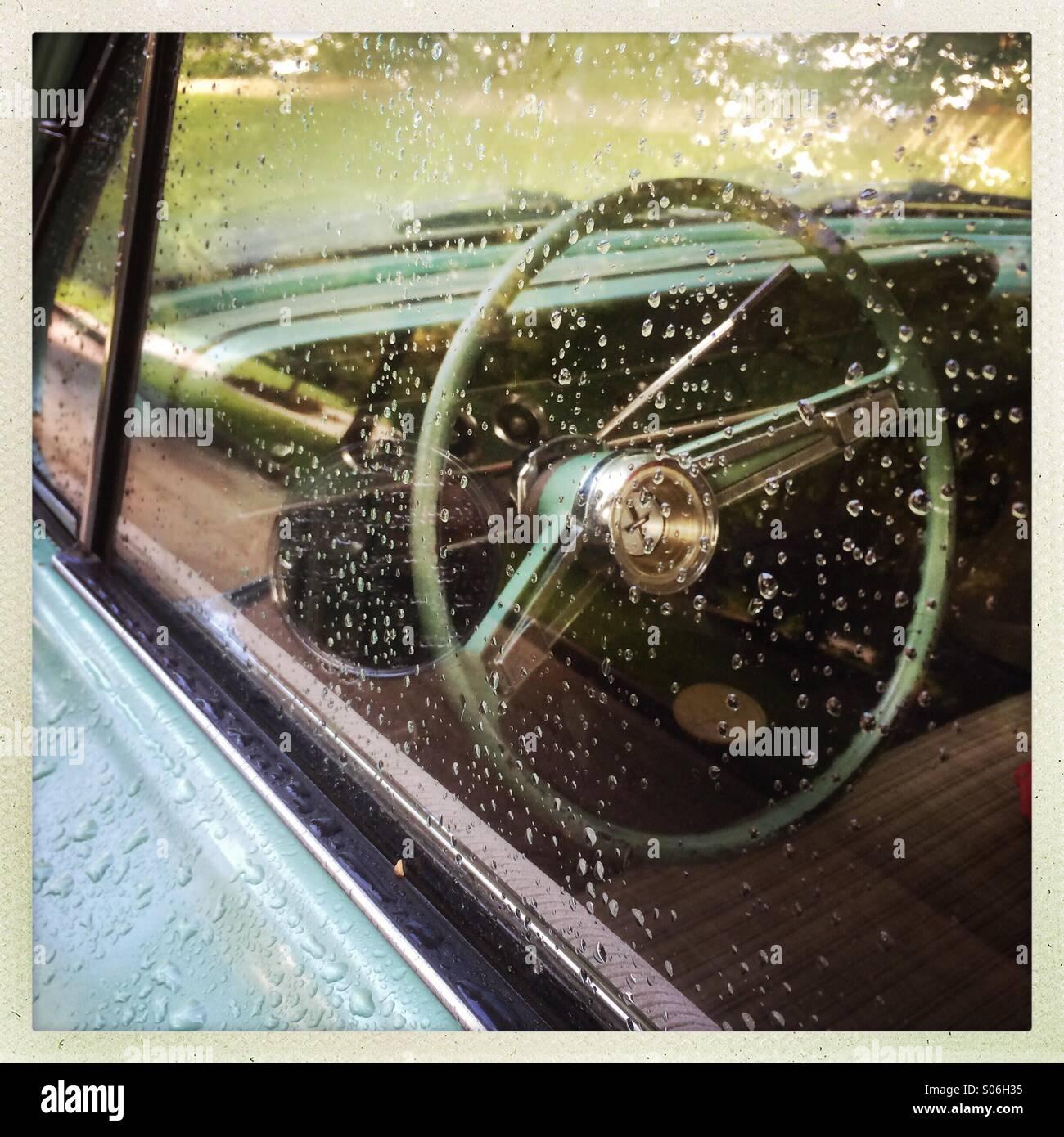 Regnerischen, Oldtimer, Auto-Fenster mit Blick auf Lenkrad Stockbild