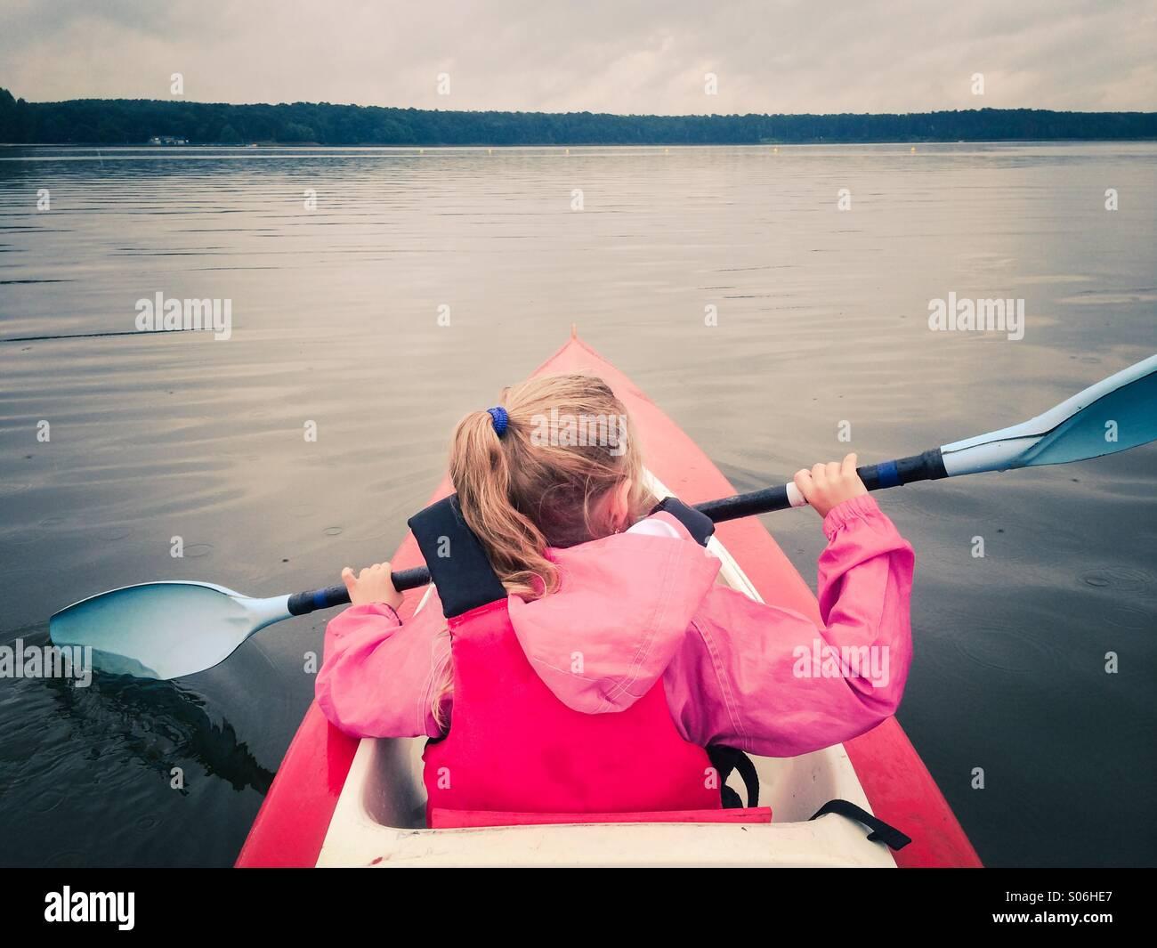Kleines Mädchen im Kajak auf dem See Stockbild