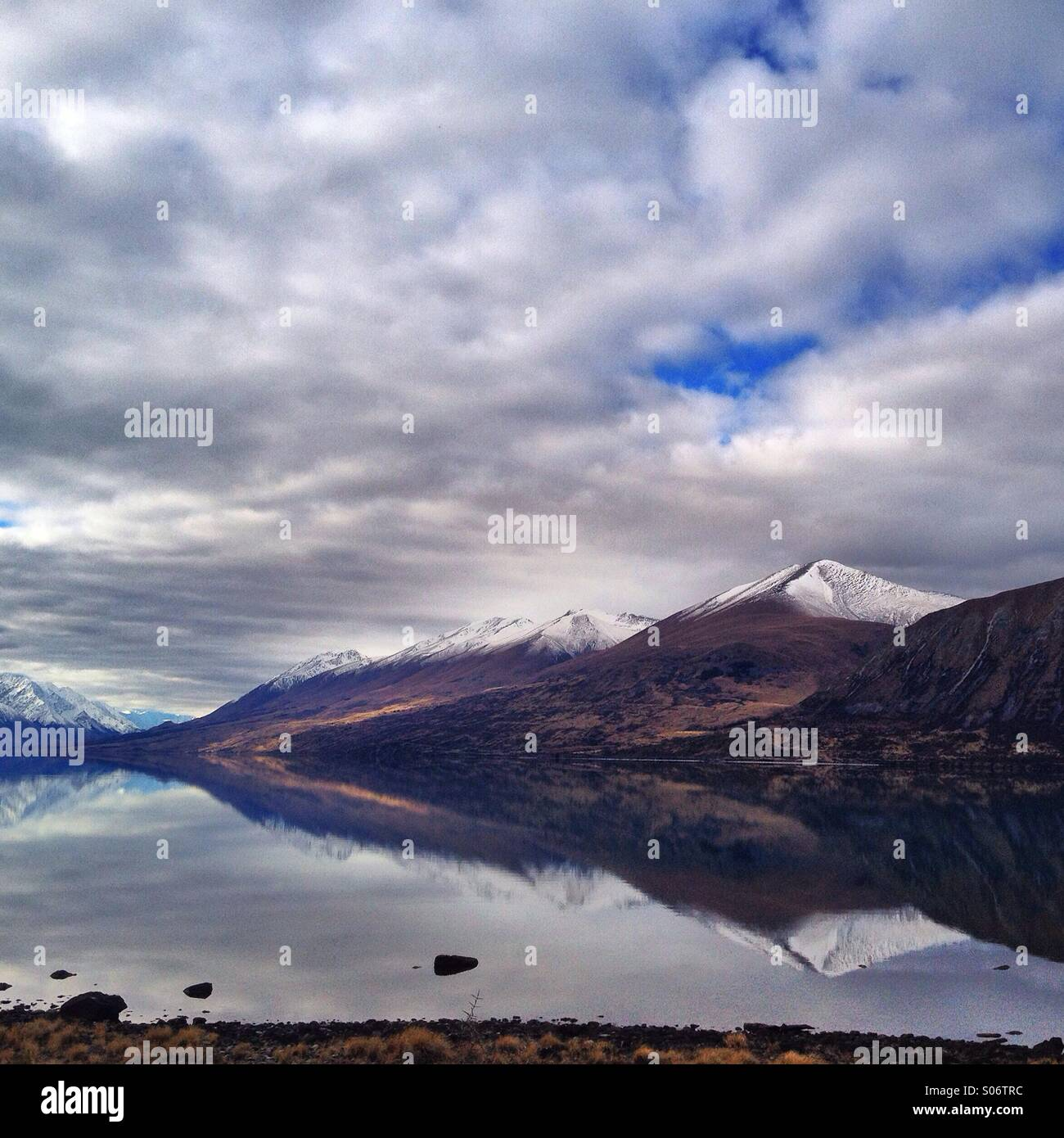 Natürliche Reflexion. Lake Ohau, NZ Stockbild