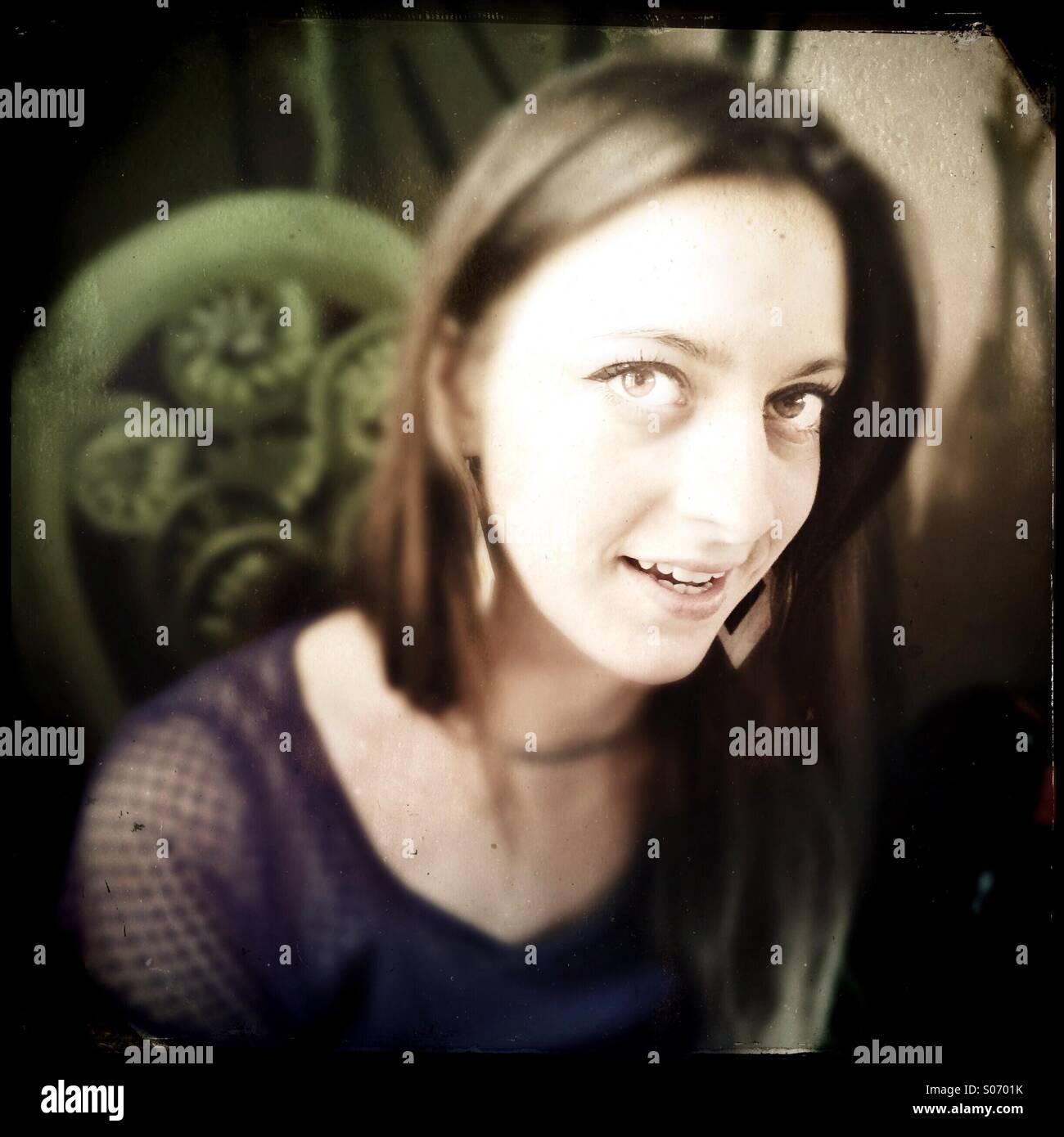 Eine junge Frau lächelt Stockbild