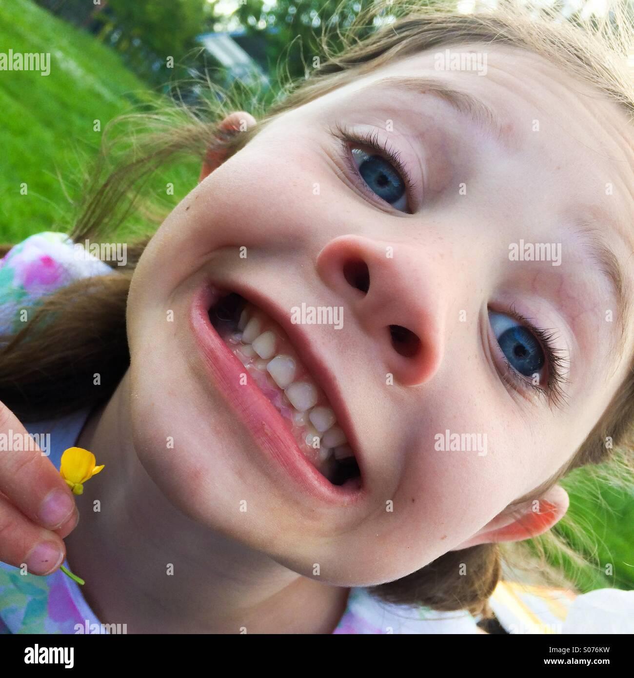 Fünf-Jahres-d Hallo mit Hahnenfuß unter ihr Kinn Stockbild