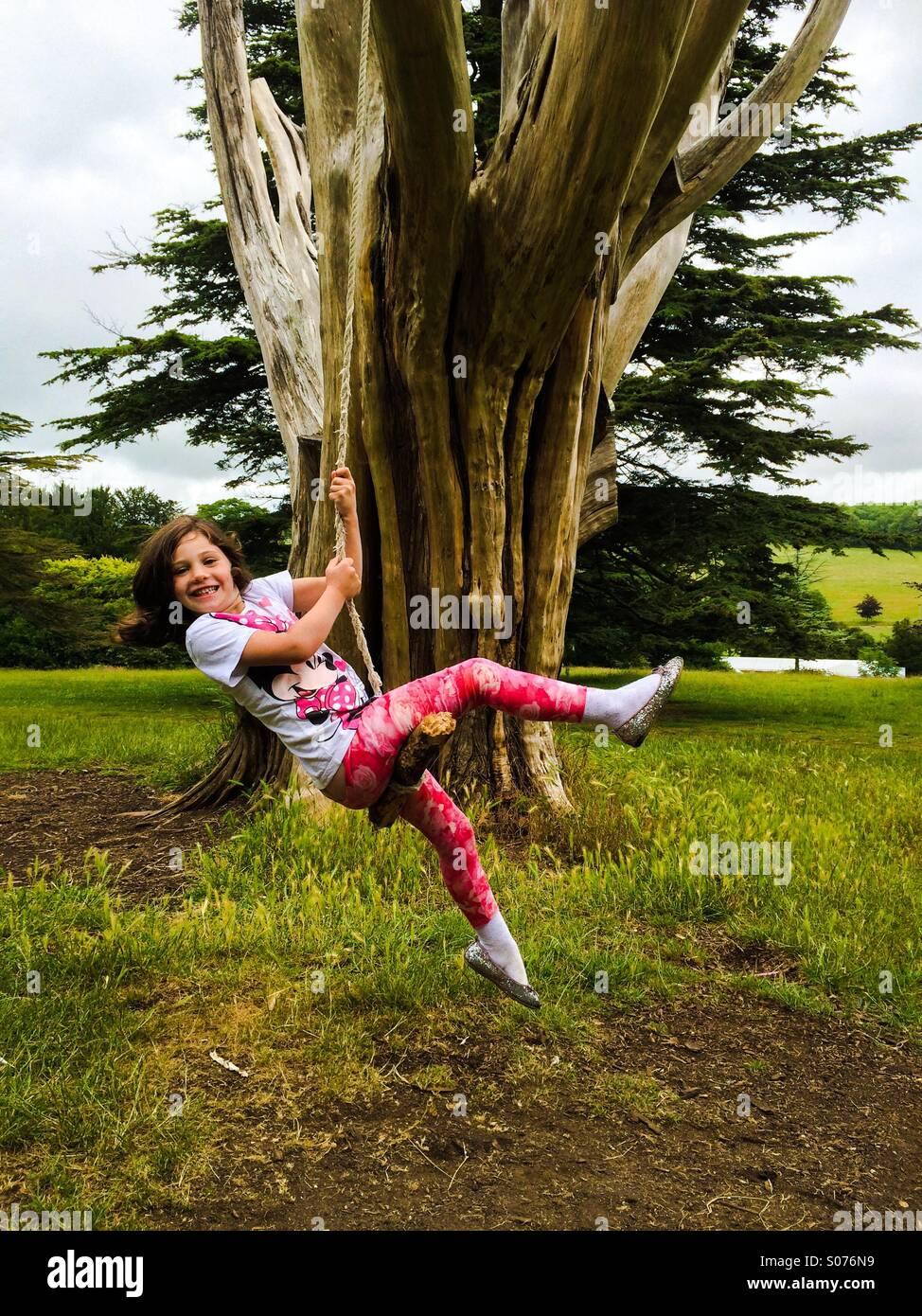Fünf Jahre altes Mädchen auf Baum-Schaukel Stockbild