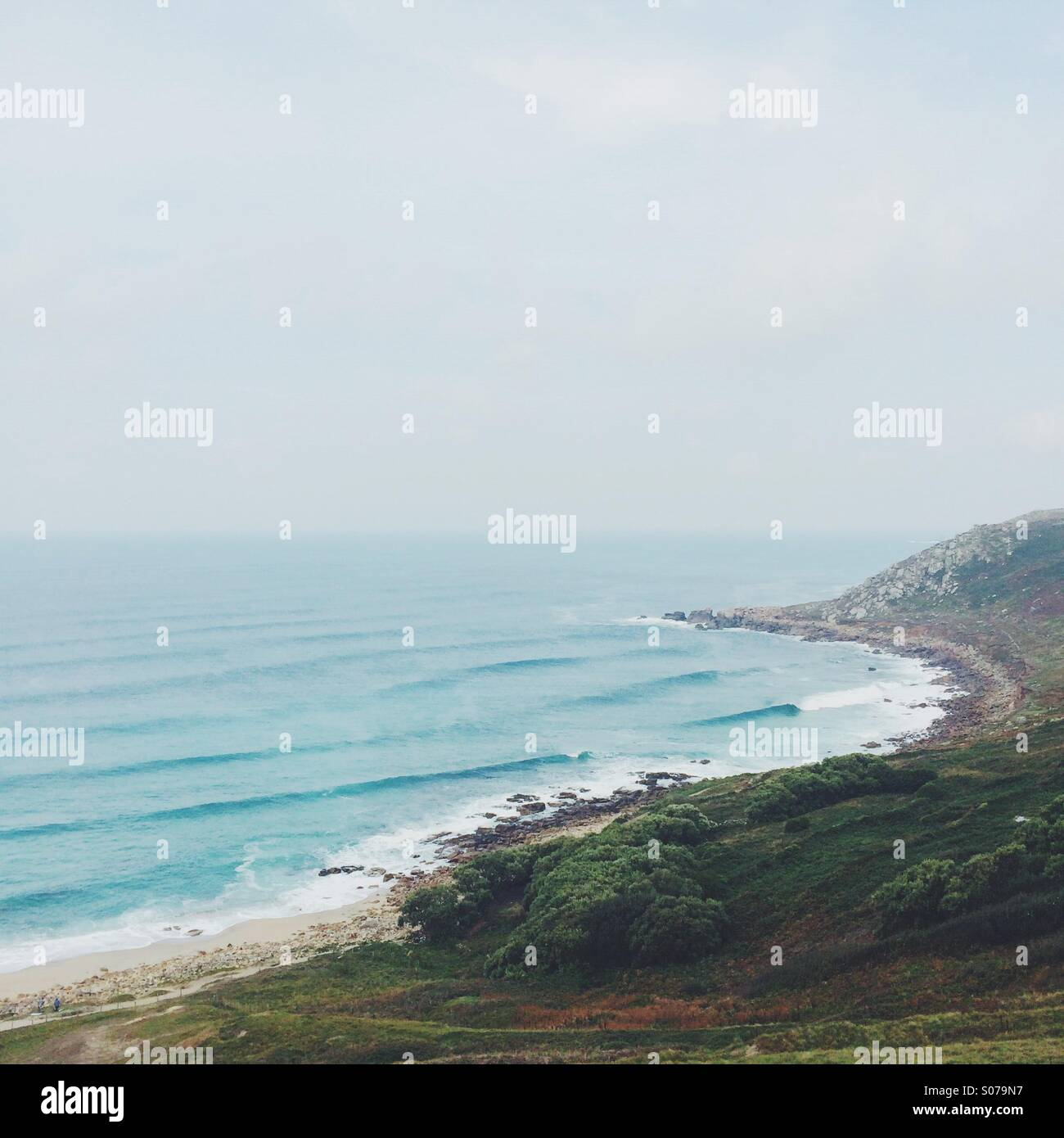 Wellen in einem felsigen Ufer und Landzunge. Stockbild