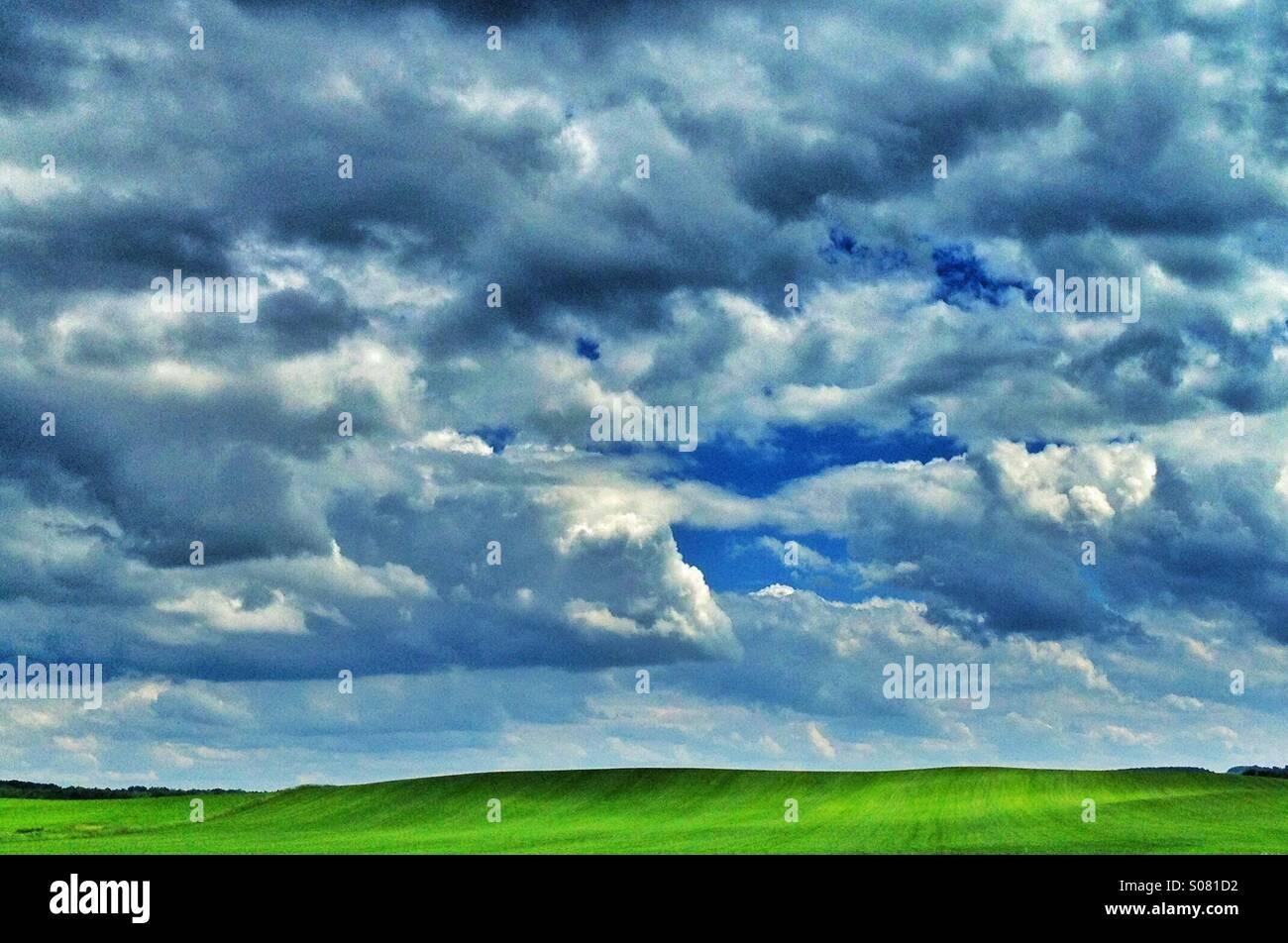 Hügellandschaft mit Wolken Stockbild