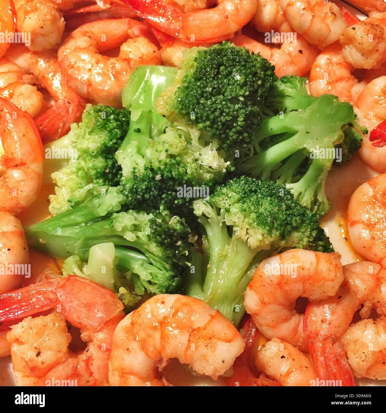 Gourmet-Restaurants Erfahrung mit einem bunten Brokkoli und Garnelen dinner Stockbild