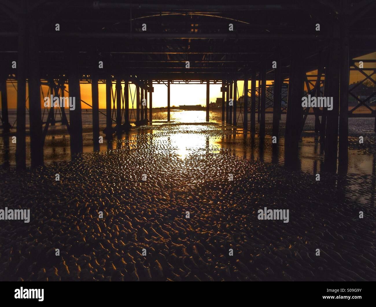 Unter einem Meer Pier bei Sonnenaufgang. Stockbild