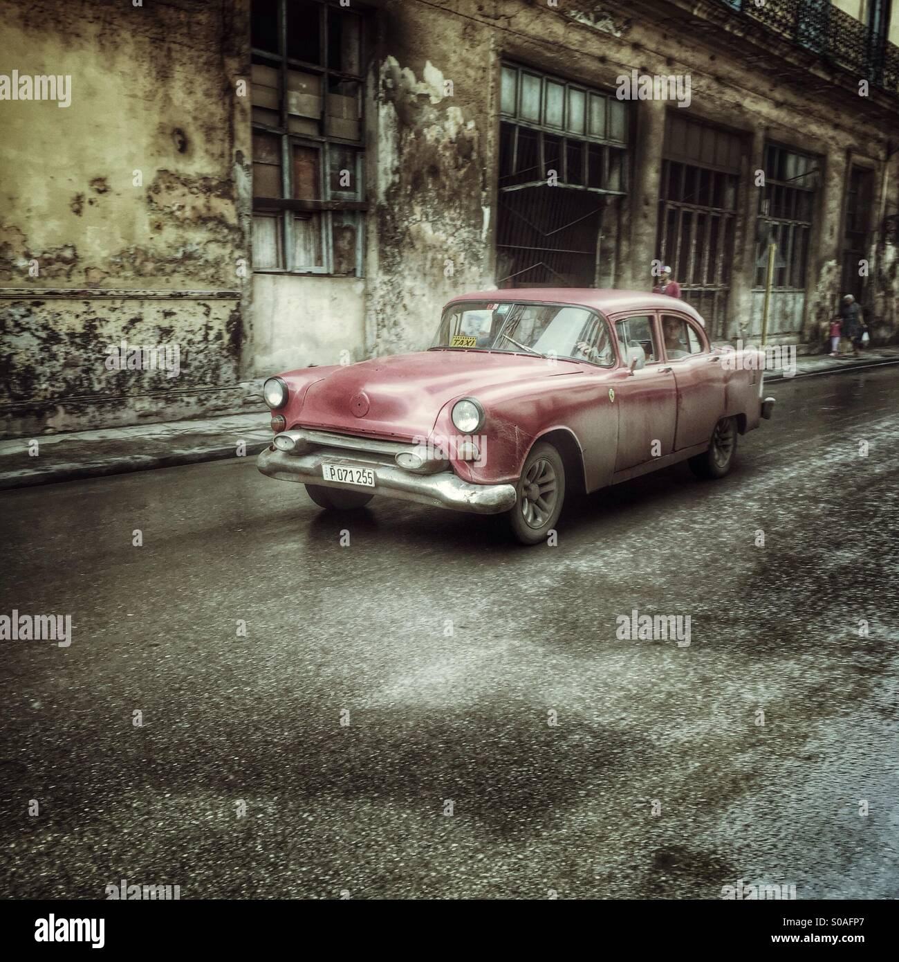 Red classic Kubanischen Automobil in Habana Vieja. Havanna, Kuba Stockbild
