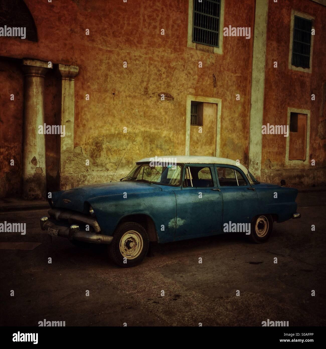 Blue vintage Kubanischen Auto in Habana Vieja geparkt. Havanna, Kuba. Stockbild