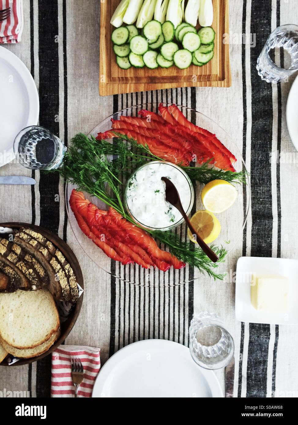 Skandinavische Mittagessen der zweifarbige Hause ausgehärteten Graved Lachs mit Gurken-Joghurt-Sauce, Brot Stockbild