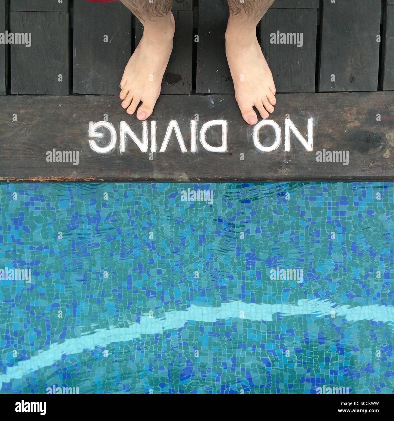 Zwei Füße tief Schwimmbadrand Stockbild