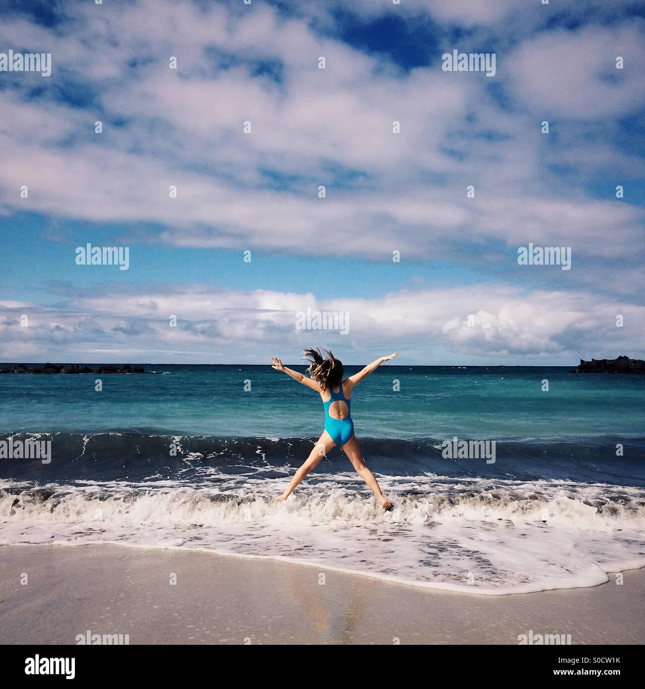 Mädchen spielen am Strand, Costa Adeje, Teneriffa, Kanarische Inseln, Spanien Stockfoto