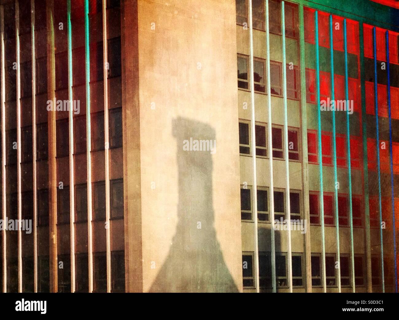 Flasche geformt Schatten auf Gebäude Stockbild