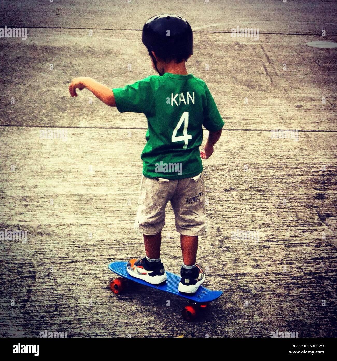 Kleiner Skater oder skateboarder Stockbild