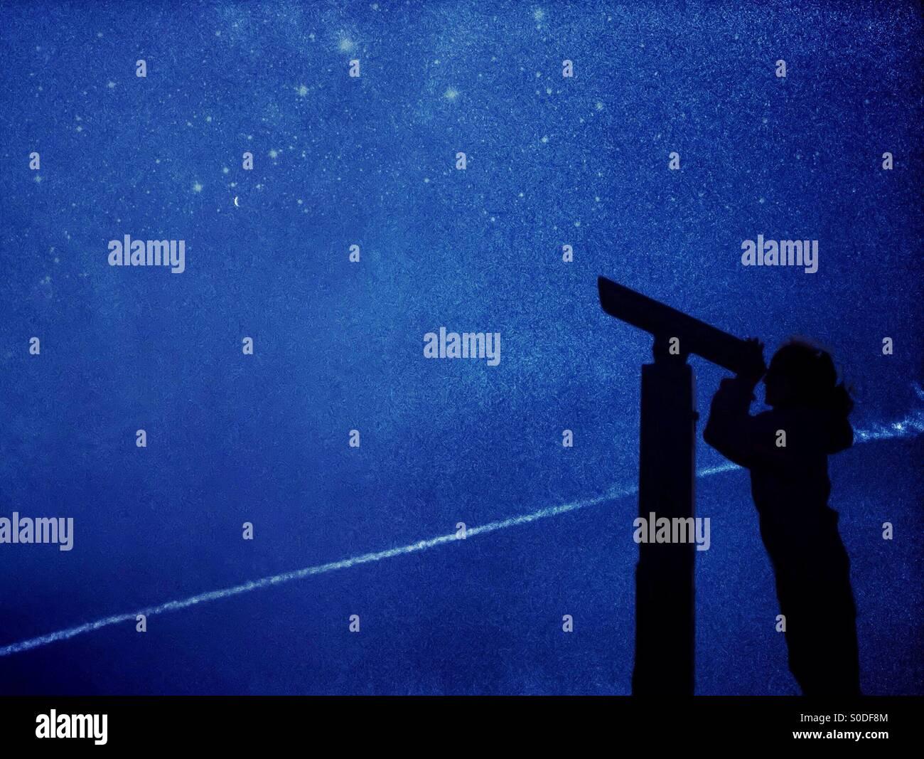 Junges Mädchen in Silhouette Sterngucken mit Teleskop Stockfoto