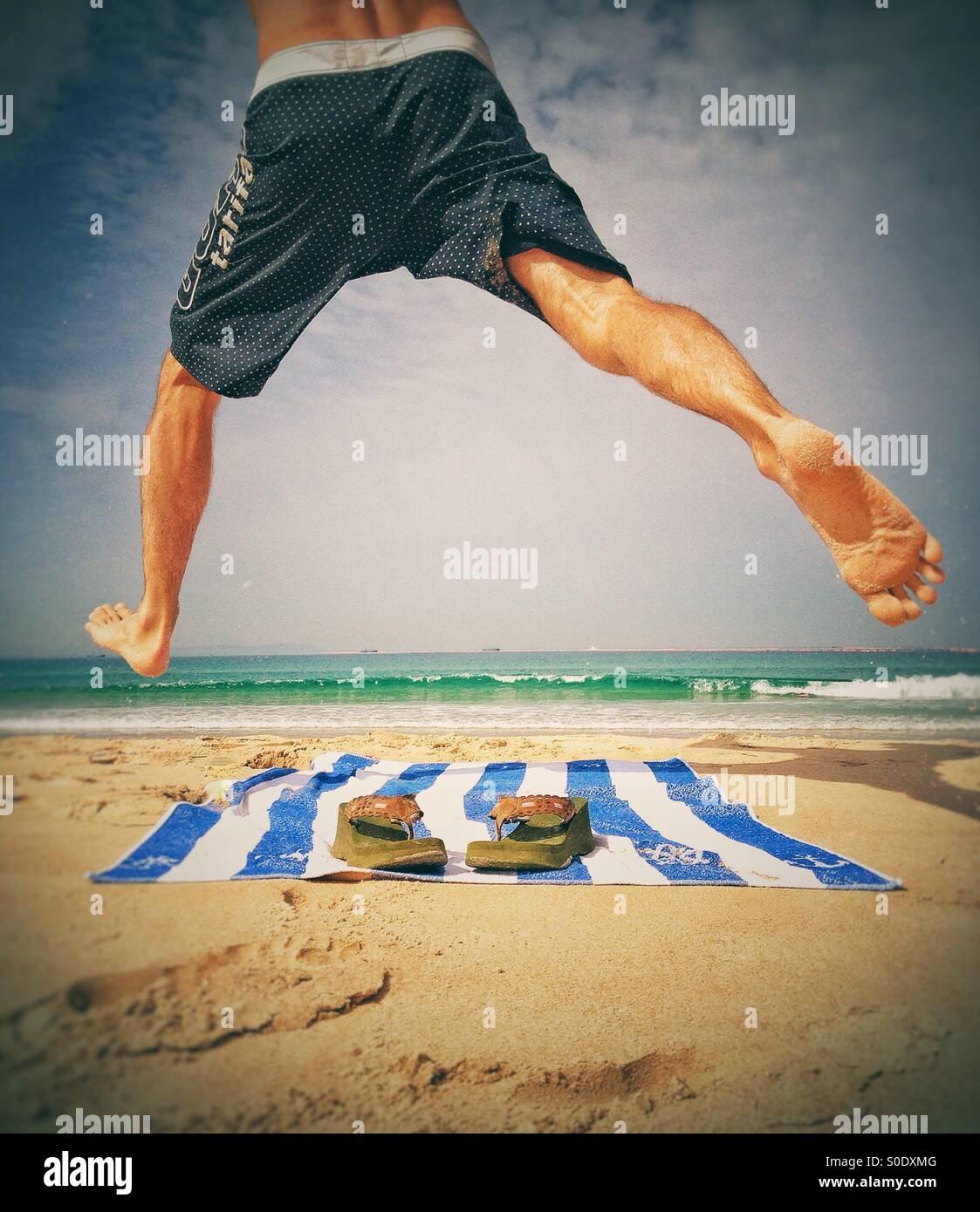 Mann am Strand genießen Stockbild