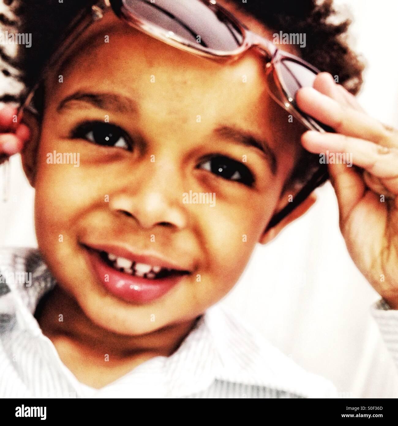 Kleiner Junge mit Sonnenbrille Stockbild